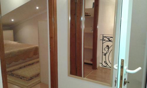 Cama ou camas em um quarto em Neftiannikov Avenue Apartment
