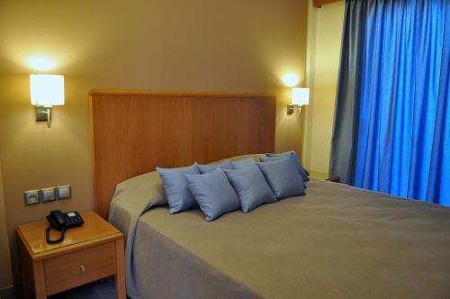 Een bed of bedden in een kamer bij Sandy's Studios Apartments & Log-Villas