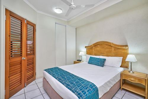 A bed or beds in a room at Trinity Beach Club Holiday Apartments