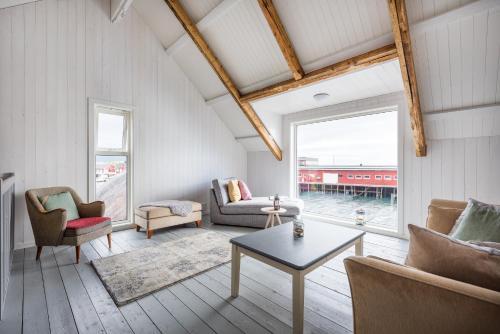 Ein Sitzbereich in der Unterkunft Hattvika Lodge