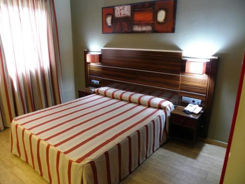 A bed or beds in a room at Hotel Noguera El Albir