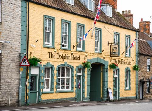 החזית או הכניסה של The Dolphin Hotel