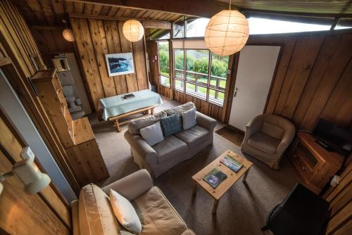The lounge or bar area at Timber Hill Self Catering Cedar Lodges