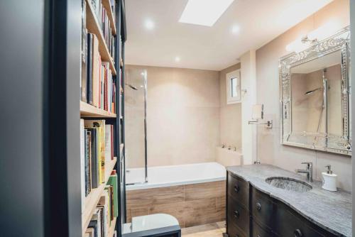 A bathroom at La suite heart of le Marais - quartier des enfants rouges