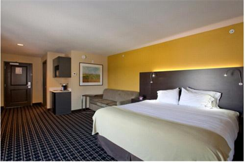 A bed or beds in a room at Holiday Inn Express Newton