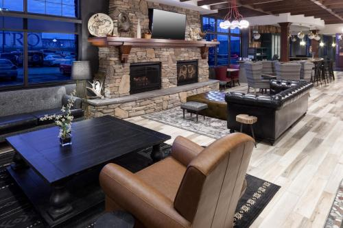The lounge or bar area at Embassy Suites Anchorage