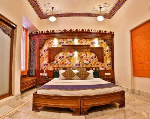 A bed or beds in a room at Hotel Pearl Palace