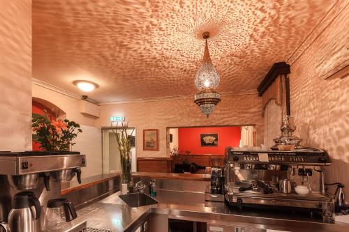 Un restaurante o sitio para comer en Hotel Aviv Dresden