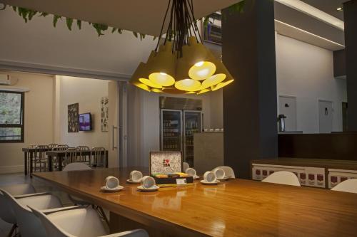 Um restaurante ou outro lugar para comer em Ibis Styles Rondonopolis