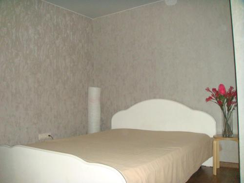 A bed or beds in a room at Apartments Vykhino/Veshnyaki