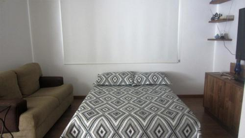 A seating area at loft lindo em Mariscal