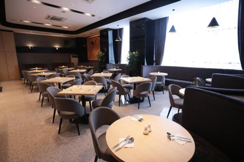 A restaurant or other place to eat at Imperial Riverbank Hotel Kuching
