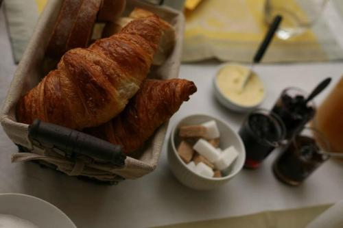 Breakfast options available to guests at Les Chambres du Beau Regard