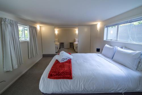 A bed or beds in a room at Te Anau Lakefront B&B
