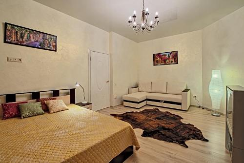 A bed or beds in a room at Наши Квартиры на ул Маяковского