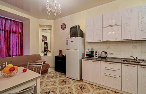 A kitchen or kitchenette at Наши Квартиры на ул Маяковского