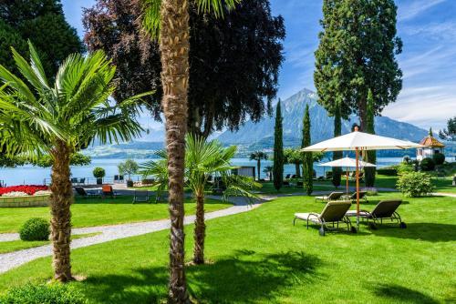 Ein Garten an der Unterkunft Parkhotel Gunten – Beach & Spa