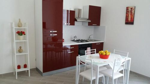 A kitchen or kitchenette at Appartamento Mangi