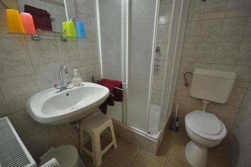 Ванная комната в Denis Hotel és Étterem