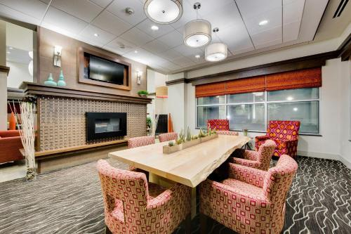 The lounge or bar area at Hilton Garden Inn North Houston Spring