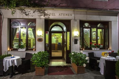 A restaurant or other place to eat at Hotel Ateneo