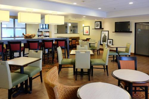 A restaurant or other place to eat at Hampton Inn Lima