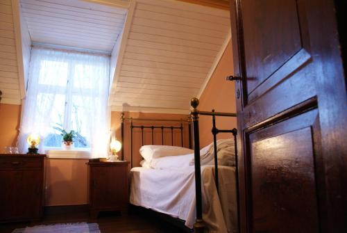 En eller flere senger på et rom på Paulsens Hotel
