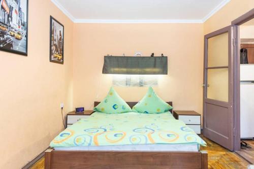 Кровать или кровати в номере Apartment on Sobornyi Avenue 143 near Intourist Hotel