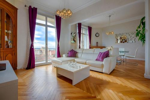 A seating area at Appartement Vaste Horizon - LRA Cannes