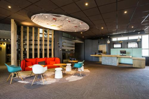 The lounge or bar area at ibis Bordeaux Lac