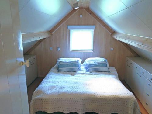 Een bed of bedden in een kamer bij Neat Holiday Home with Fireplace in Groede Netherlands