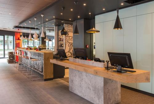 The lounge or bar area at Ibis Muenchen Airport Sued