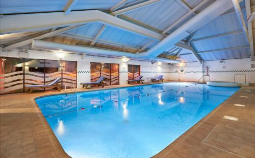 The swimming pool at or close to DoubleTree by Hilton Bristol North