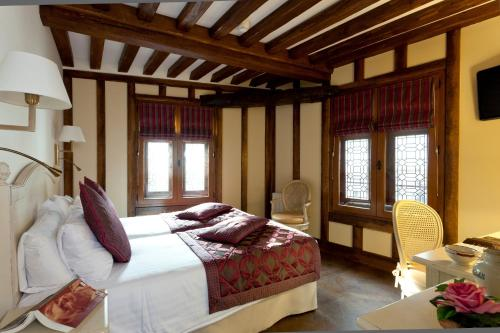 A bed or beds in a room at Auberge Saint Pierre