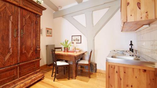 A kitchen or kitchenette at Altstadt Gästehaus Drewes Wale