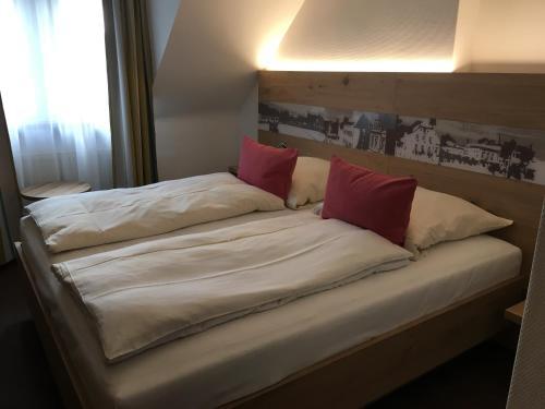 Ein Bett oder Betten in einem Zimmer der Unterkunft Villa Benz Hotel garni