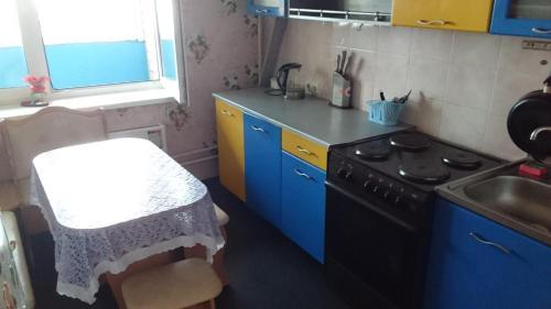 A kitchen or kitchenette at Apartment on Solnechnaya alleya 826