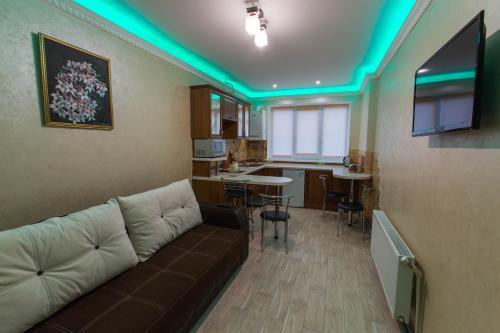 The lounge or bar area at Modern apartment on Akademika Sakharova 27a