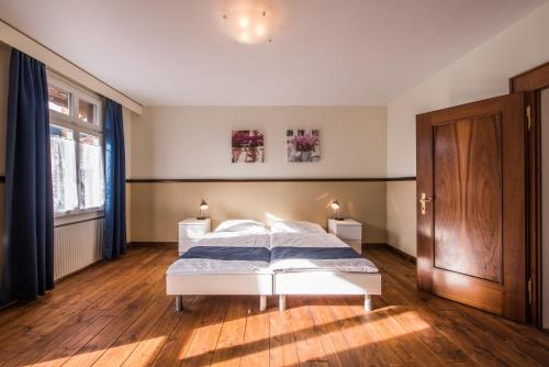 A bed or beds in a room at Chalet Cecile - Hotel Tell