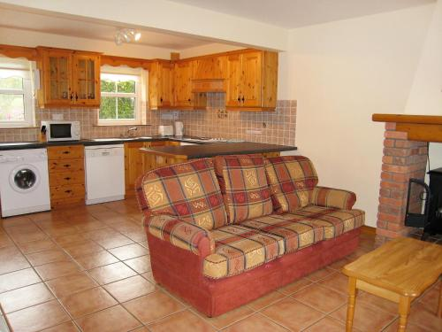 A kitchen or kitchenette at Holiday Home Dalewood-1