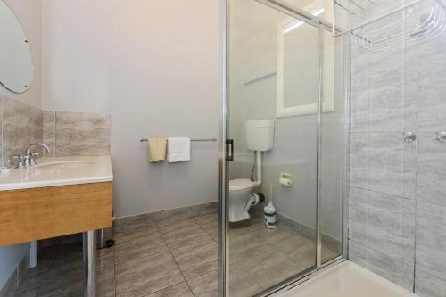 A bathroom at Edinburgh Gallery Bed & Breakfast