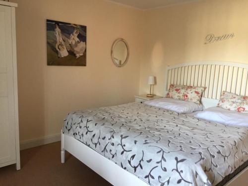 Ein Bett oder Betten in einem Zimmer der Unterkunft Ferienwohnung Strandgut