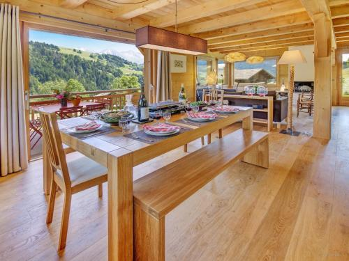 A restaurant or other place to eat at Chalet Le Charmieux - OVO Network