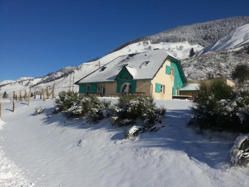 Gîte de montagne du Plateau de Lhers during the winter