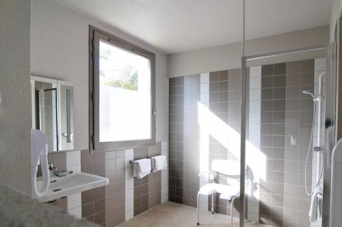 """A bathroom at Relais Fasthotel """"La Couchée"""" Avignonet"""