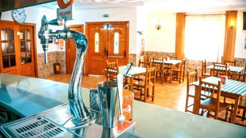 Un restaurante o sitio para comer en Hotel Restaurante Caracho