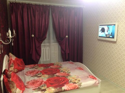 A bed or beds in a room at Apartment on Polevaya 7
