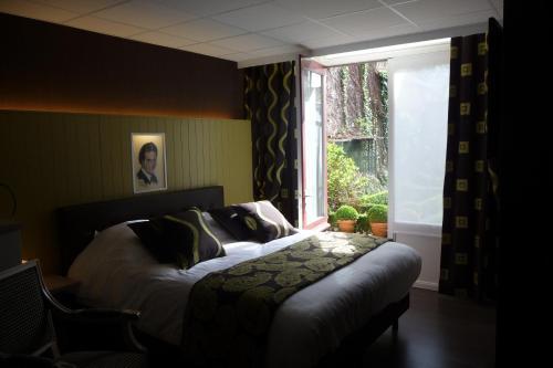 A bed or beds in a room at Hotel Het Gheestelic Hof