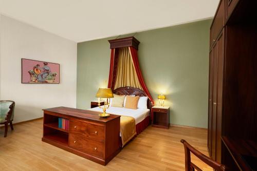 سرير أو أسرّة في غرفة في فندق غراند كاريل فيه