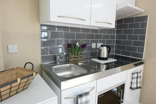 A kitchen or kitchenette at Woodstock Suites